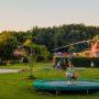 Jan Klaassen Dromenland - Helikopter, schoolbus, brandweerauto, luxe bungalowtent boomhut