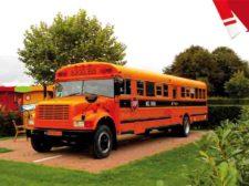 Vakantie in Nederland in schoolbus op kindvriendelijke camping