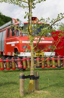 brandweerauto-2-kids-met-brandslang-mooi-zonnig-dromenland