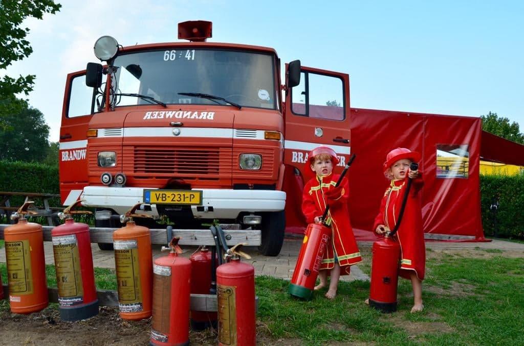 Glamping Gelderland - Brandweermannen met brandblussers